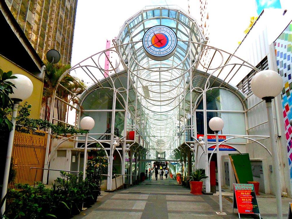 Inaugurada em setembro de 1991, pelo então prefeito Jaime Lerner, a Rua 24 Horas é um dos principais pontos comerciais e turísticos de Curitiba (Foto: Divulgação)