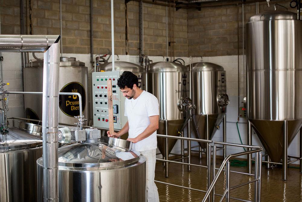 Detalhe da operação na fábrica da Prussia Bier, em São Gonçalo do Rio Abaixo (Foto: Divulgação)