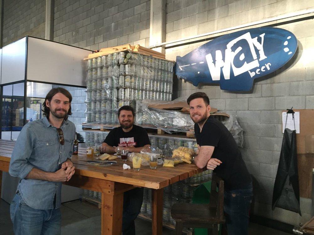 Garret Crowell, da Jester King, com Alessandro Oliveira e Alejandro Winocur, na Way Beer (Foto: Divulgação)