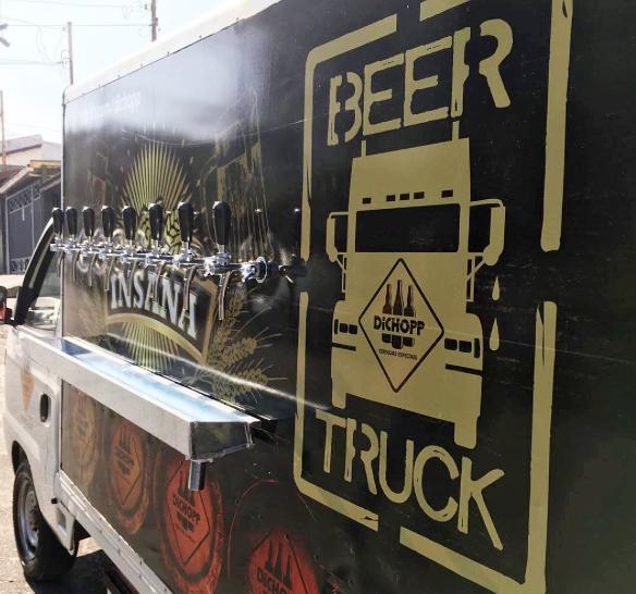 Fãs da cervejaria de Palmas (PR) poderão comprar no veículo camisetas, abridores, copos, kits e cervejas em garrafa (Foto: Divulgação)