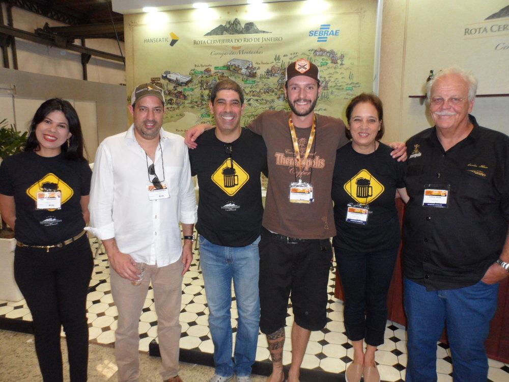 Integrantes da Rota Cervejeira RJ celebram o lançamento da cerveja colaborativa (Foto: Divulgação)