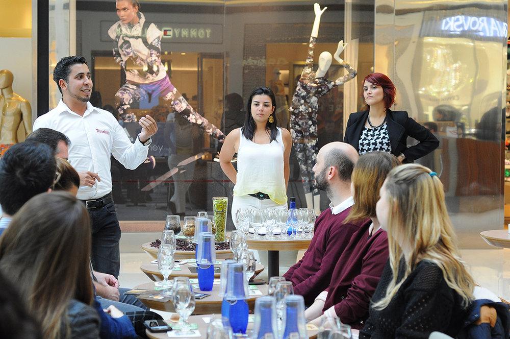 O cervejeiro Tiago Silva, da Nuremberg, apresenta rótulos da fábrica ao lado da chef Júlia Miranda.jpg