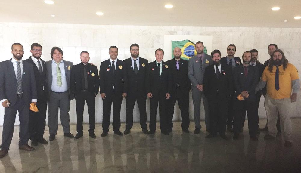 Cervejeiros reunidos em Brasília para a sanção da lei que incluiu as cervejarias artesanais no Simples (Foto: Divulgação)
