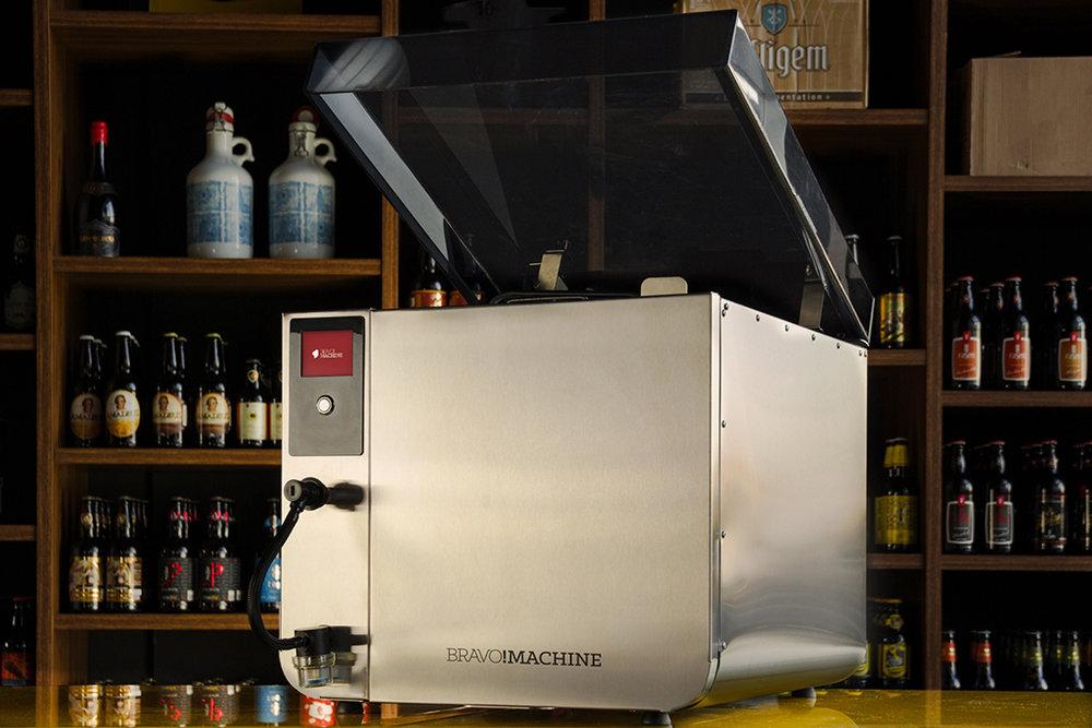 Conforme os inventores, a máquina compacta integrada a uma plataforma web automatiza em até 80% a produção da bebida, sem retirar desse processo o caráter artesanal (Foto: Divulgação)