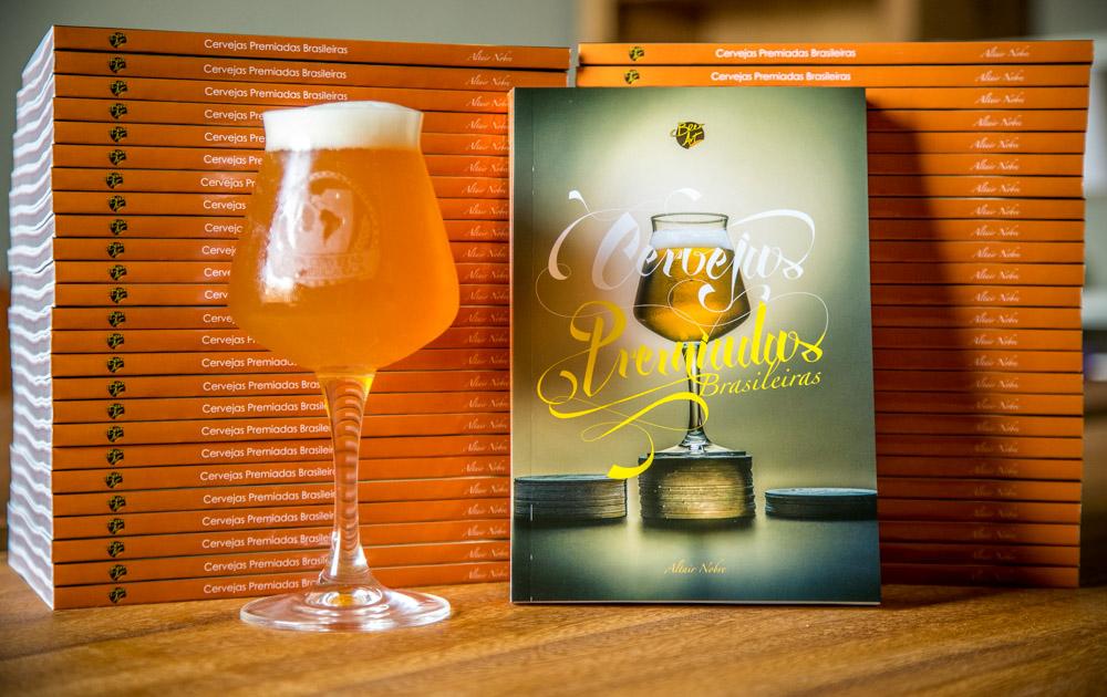 Lançado em outubro de 2015, livro reúne 1035 medalhas, divididas por 455 cervejas, de 120 cervejarias, de 9 estados (Foto: Ricardo Jaeger/Beer Art)