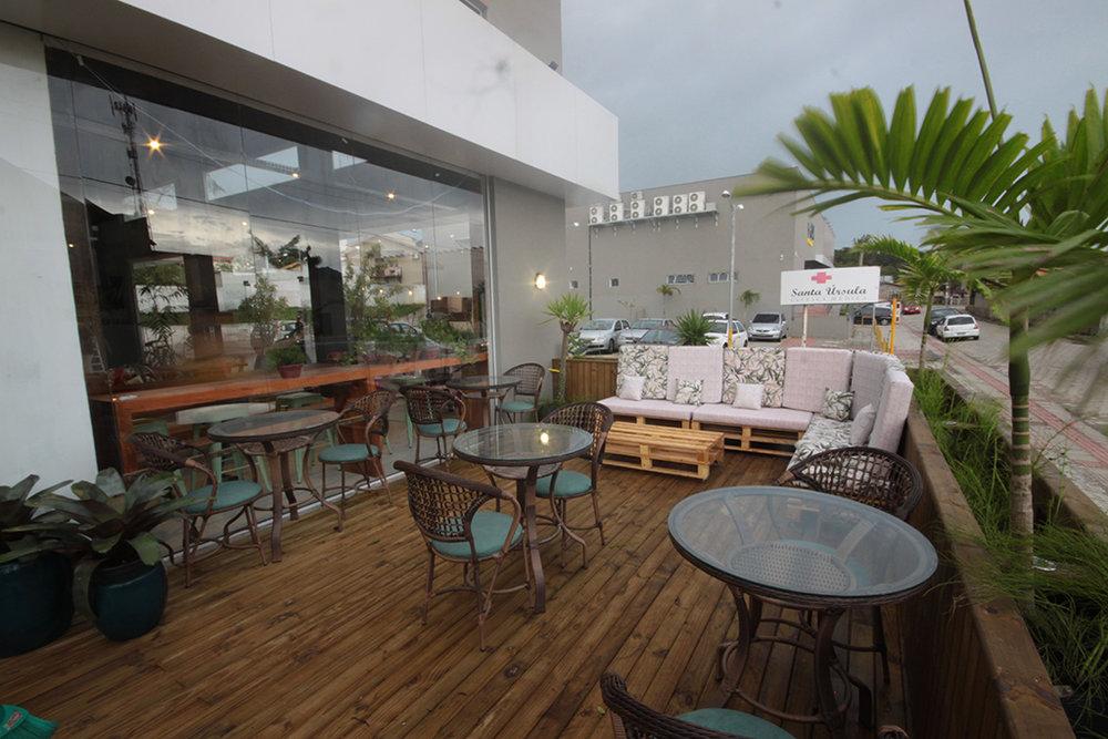Deck com 70 metros quadrados faz parte da estrutura do bar, na Rua Pequeno Príncipe, 1650, Loja 4, Quartier Campeche (Foto: Divulgação)