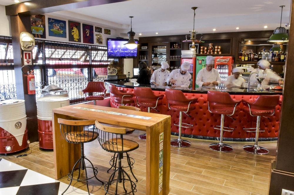 Cervejas podem ser degustadas no equipado bar da casa (foto), no deck frontal ou no lounge instalado nos fundos (Foto: Divulgação)