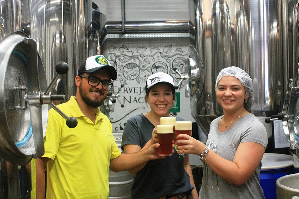 O mestre-cervejeiro da Nacional, Patrick Bannwart, brinda com Luiza Tolosa, da Dádiva, e Paola Della Mônica, da Realli Importadora (Foto: Divulgação)