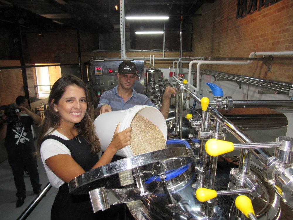 A blogueira Fernanda Hudson se empolgou com a experiência de participar da fabricação da Witbier de hibisco (Foto:Andreia Constâncio/Divulgação)