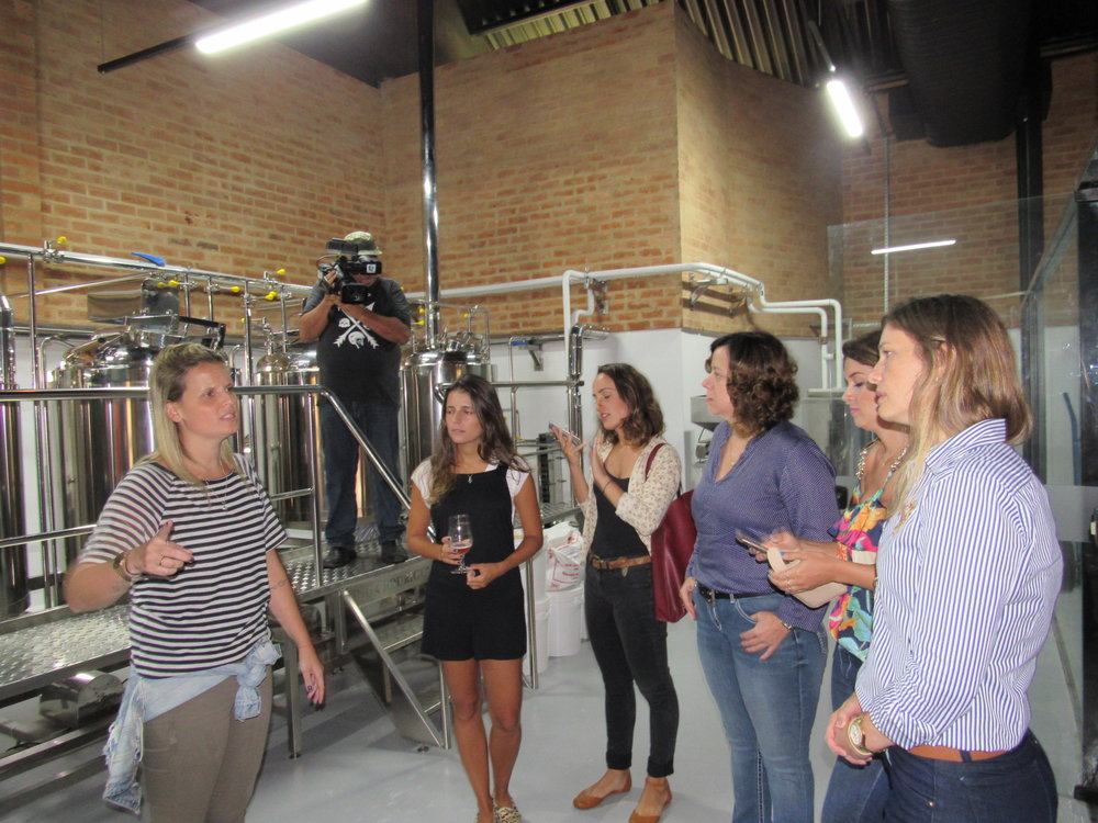 A cervejeira Sybila Christo explicou todos os processos da brassagem da cerveja.JPG