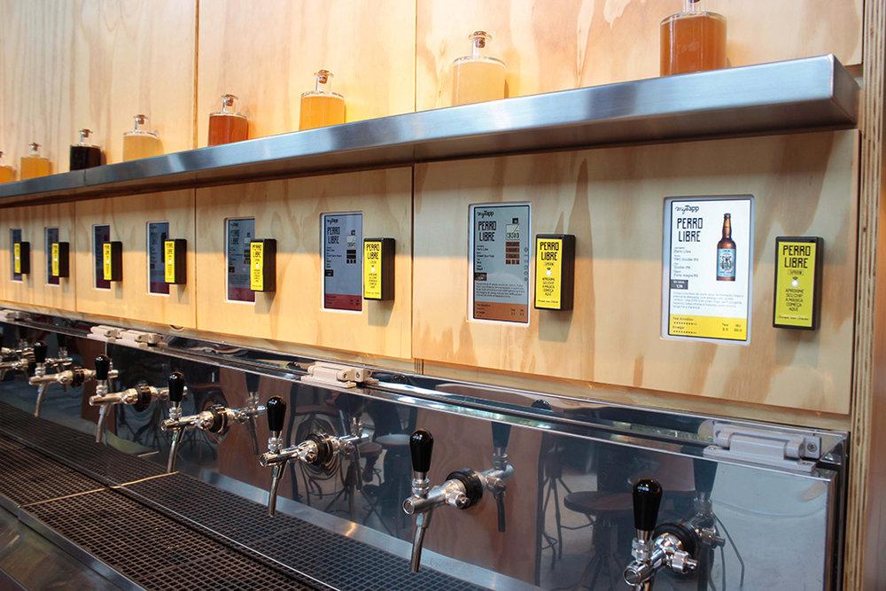 O cliente recebe um cartão para ser validado nos leitores das torneiras de chope, equipados por um tablet com informações específicas da cerveja e os preços por 100 mL (Foto: Marcelo Liotti/Divulgação)