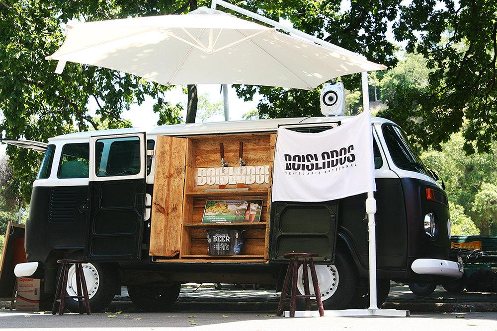 Veículo estilizado oferece a Summer Ale da cervejaria de São Gonçalo (Foto: Divulgação)