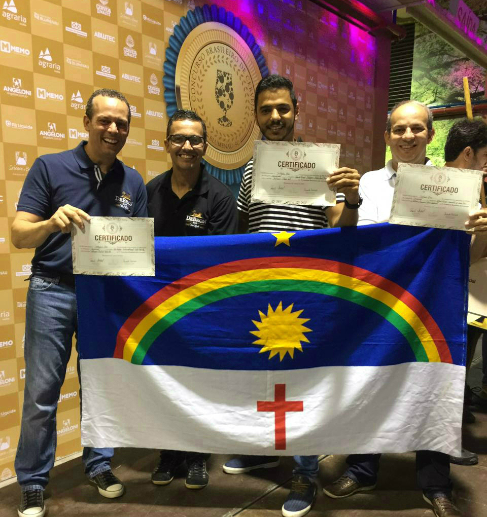 Thomé Calmon, Luciano Fialho, Eduardo Farias e Raimundo Dantas comemoram com a bandeira estadual (Foto: Divulgação)