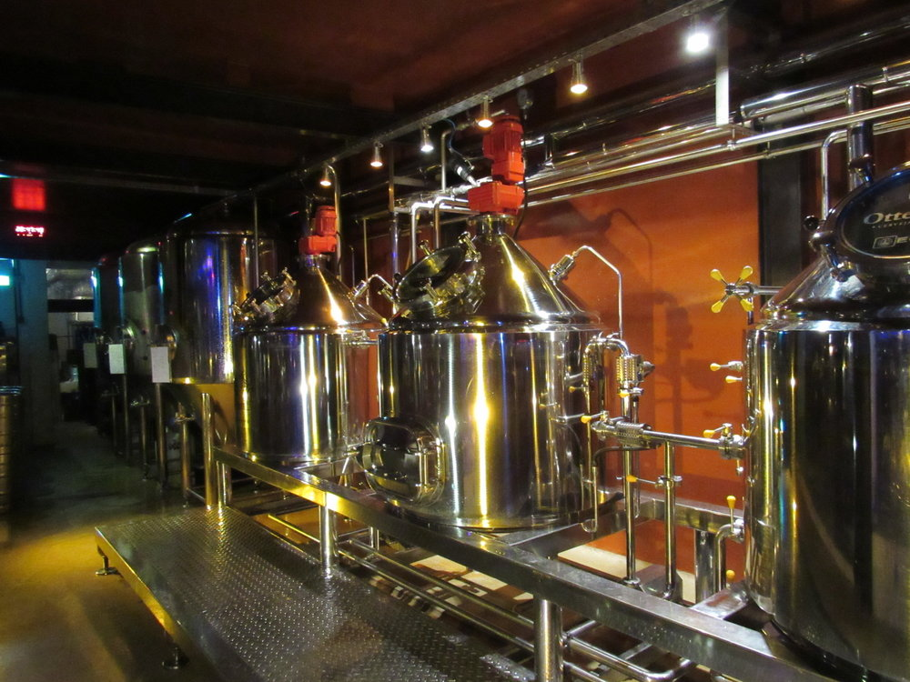 Maquinário da cervejaria é separado do pub por parede de vidro (Foto: Divulgação)
