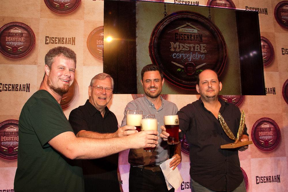 No brinde, Adriano Sachweh (o segundo colocado),Gerhard Beutling (mestre-cervejeiro da Eisenbahn), Juliono Mendes (fundador) e Lucio Rogerio Botelho (campeão de 2017) - Foto: Divulgação