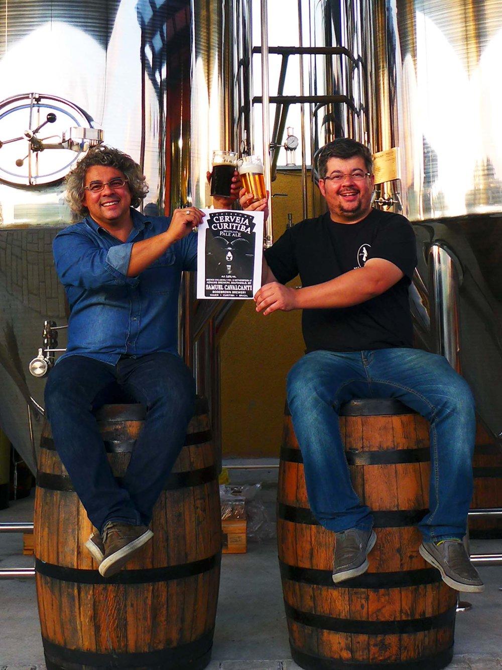 Os irmãos Samuel e Paulo Cavalcanti, da cervejaria de Curitiba, produziram receitas em diferentes fábricas britânicas (Foto: Divulgação)