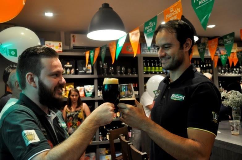 O sommelier da Bierland, Yuri Holbrich, brinda na loja Mestre-Cervejeiro de Poços de Caldas com o autor da receita, Flávio Rodrigues Domingues (Foto: Divulgação)
