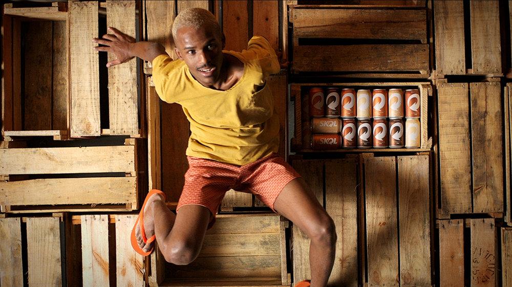 A marca substitui seu tradicional amarelo e veste todas as cores em edição especial de latas que simulam os tons da pele e ressaltam a pluralidade (Foto: Divulgação)