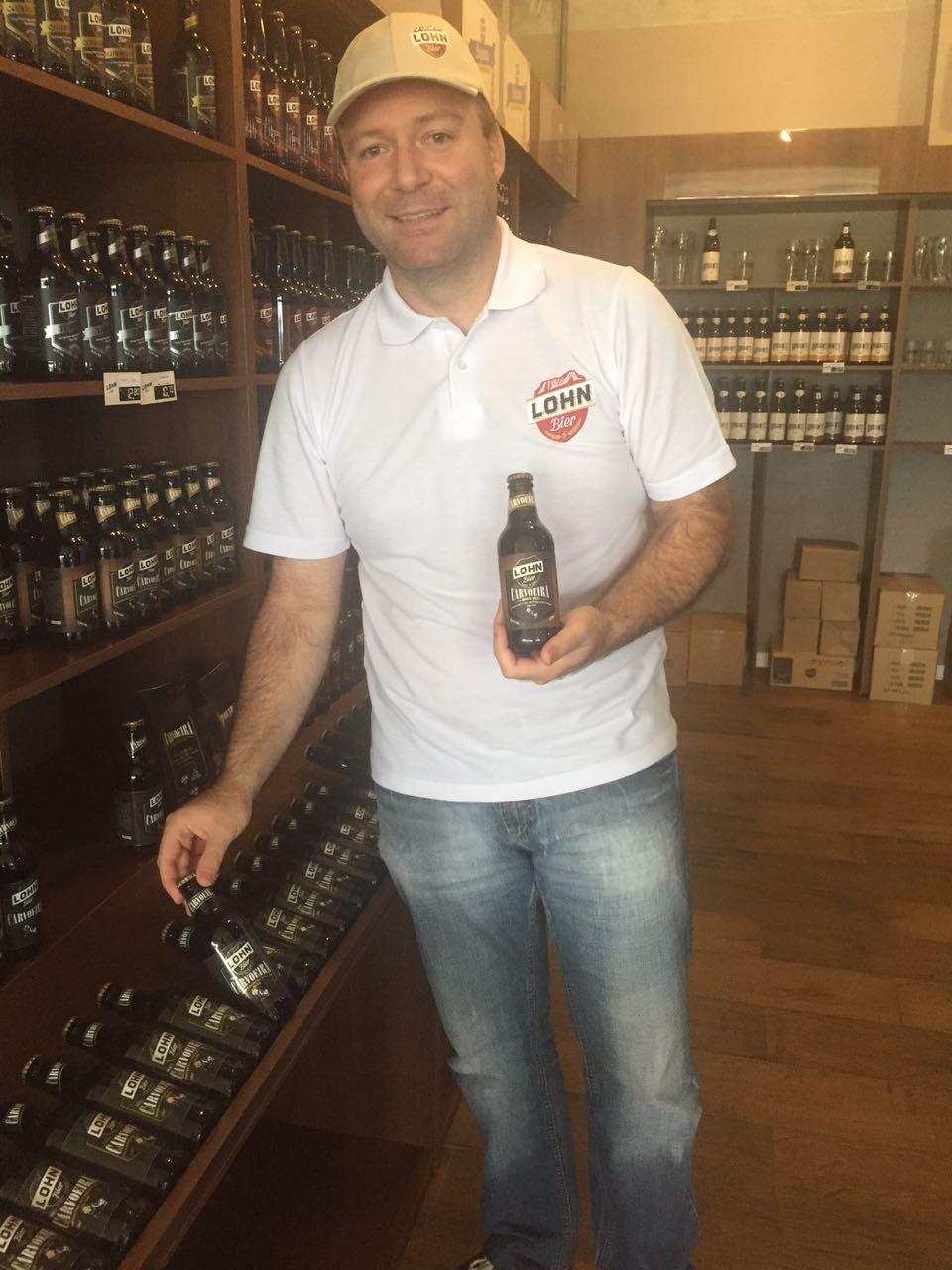 O cervejeiro da Lohn, Richard Brighenti, recebe convidados na fábrica para uma produção coletiva (Foto: Divulgação)