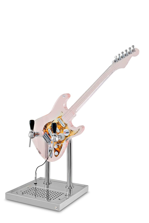Guitarra é um dos formatos escolhidos para quem quer, além de oferecer chope gelado, impressionar com o visual da chopeira (Foto: Divulgação)