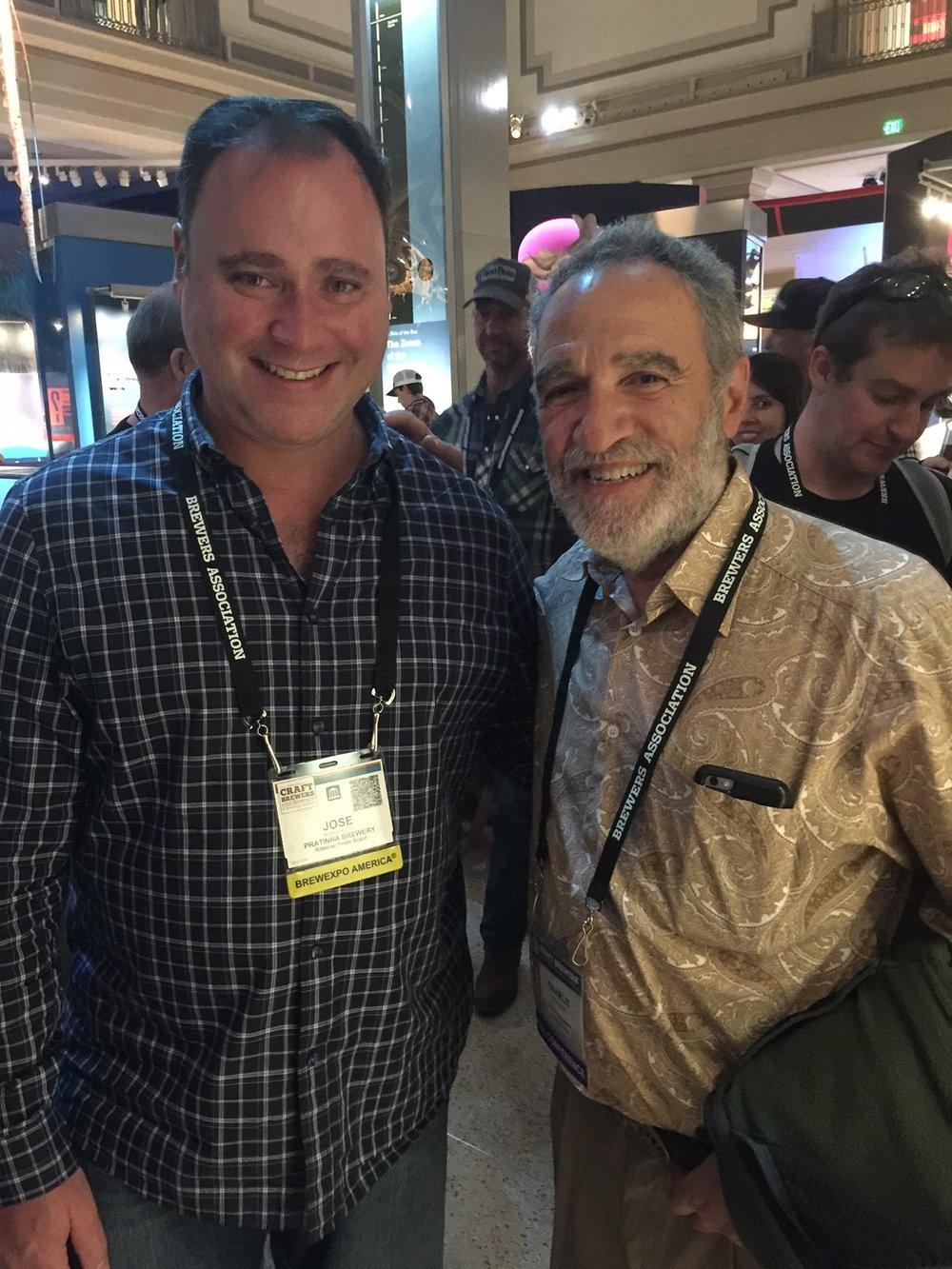 José Virgílio Braghetto com Charlie Papazian, fundador da Brewers Association (Foto: Divulgação)