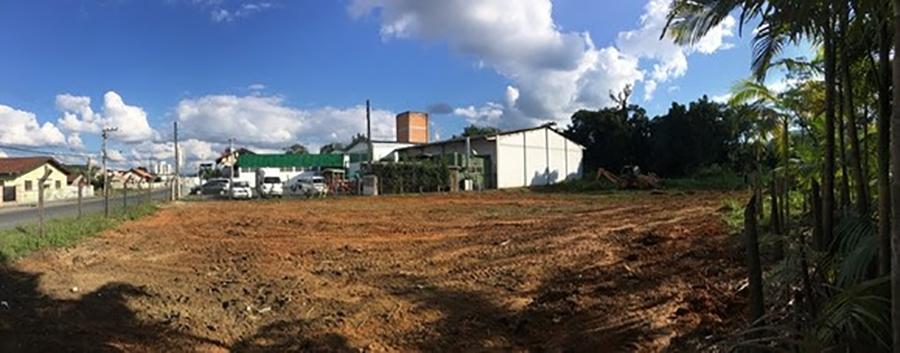Obra começou com a limpeza do terreno comprado ao lado da fábrica (Foto: Divulgação)