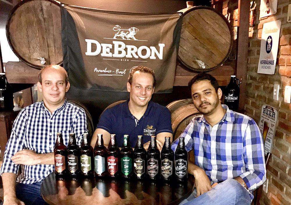 Os sócios Raimundo Dantas, Thomé Calmon e Eduardo Farias com a linha da DeBron (Foto: Divulgação)