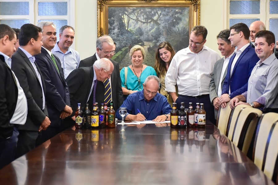 Governador Paulo Hartung, ao assinar o projeto aprovado neste 31 de maio pelos deputados capixabas (Foto:Leonardo Duarte/Secom-ES