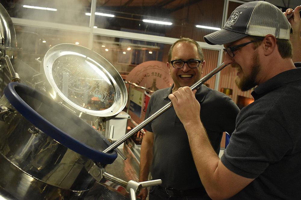 Brassagem na fábrica da Cerveja Blumenau ocorreu em 1º de junho (Foto:Vicente Pfau/Divulgação)