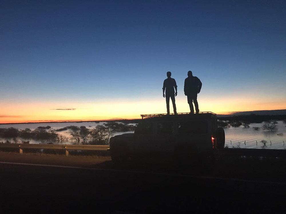 Richard Brighentti e Rubens Angelotti, das duas cervejarias, fazem uma road trip a bordo de uma Defender(Foto: Divulgação)