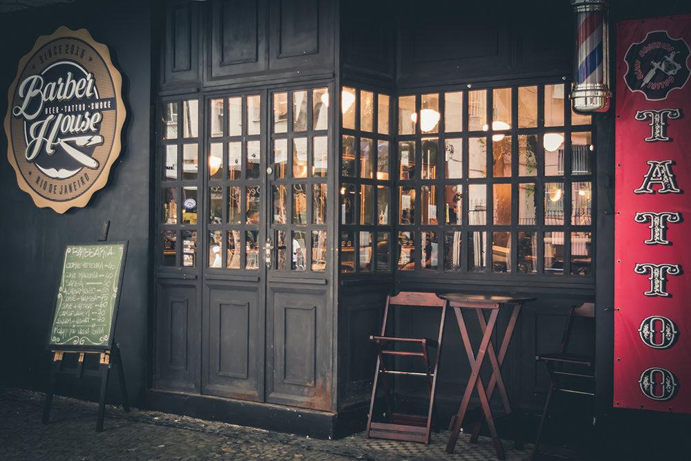 A Barber House é um misto de barbearia, tabacaria, bar e estúdio de tatuagem (Foto: Divulgação)