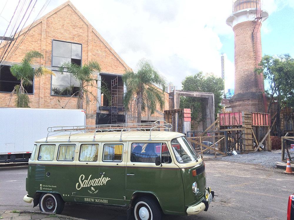 Conhecida pela Kombi e pelo caminhão com temática militar, a Cervejaria Salvador manterá o estilo em suas instalações (Foto: Divulgação)