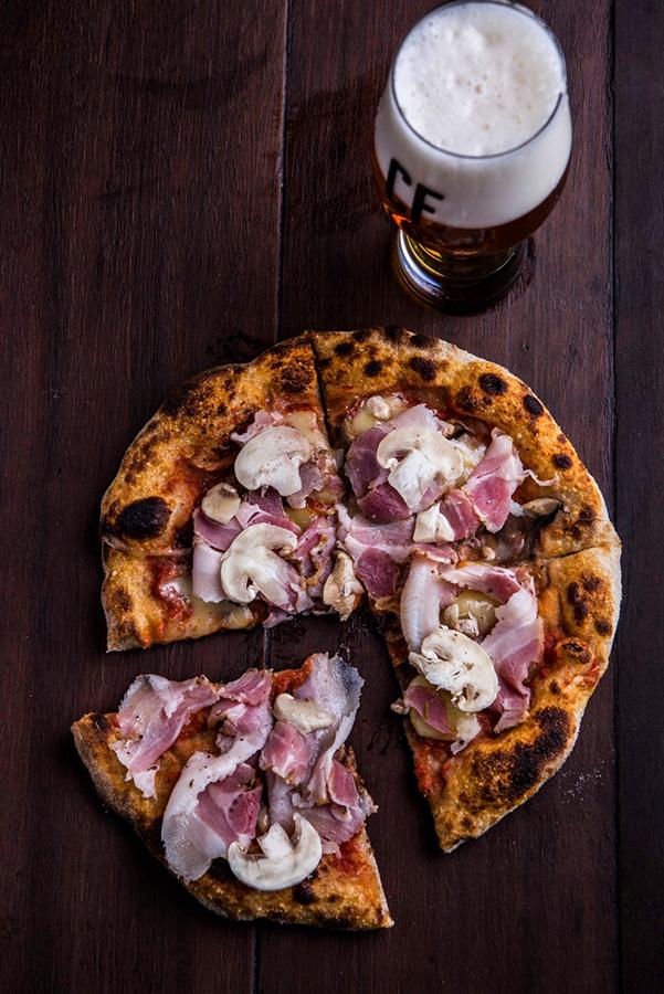 De tempos em tempos a pizza da casa tem sua cobertura renovada, sempre com ingredientes que harmonizam com o chope artesanal (Foto: Ricardo DAngelo/Divulgação)