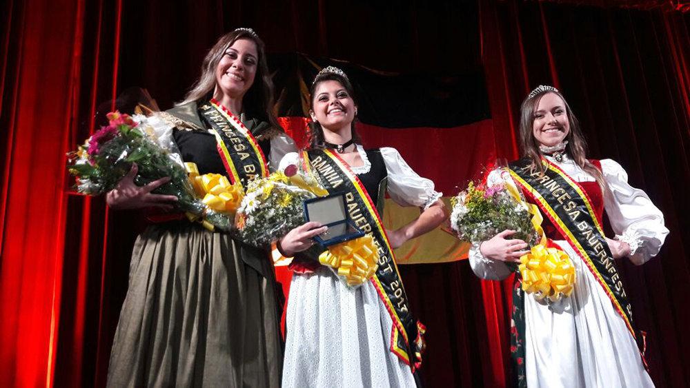 Ao centro, a rainha Larissa Soares Graebner Prouvot, entre a primeira princesa Ana Beatriz Zillig Klippel (E) e a segunda princesa Tânia Leonardis Mello (Foto: Marcello Santos/Divulgação)