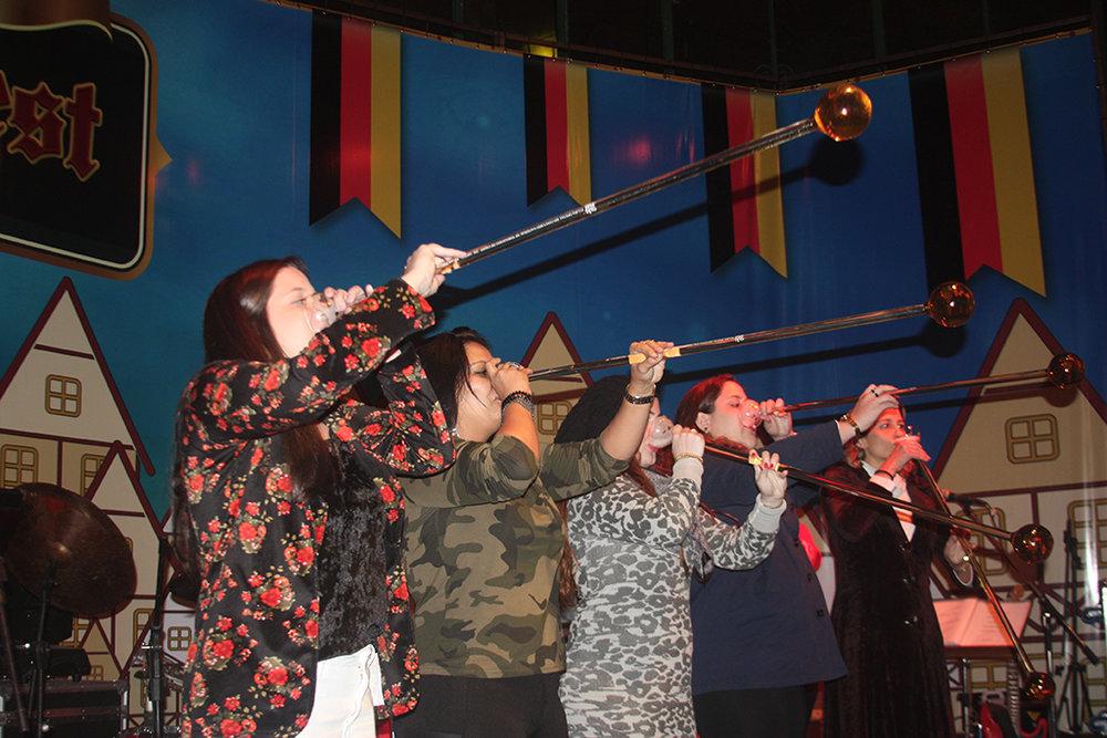 Competição de chope em metro faz parte das atrações no Palácio de Cristal (Foto: Divulgação)