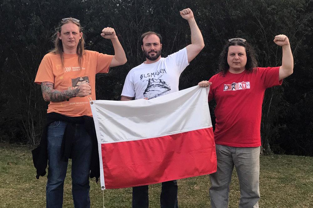 """Murilo, Daniel e Luiz Felipe com a bandeira da Polônia, país de onde vem a referência para a Powstanie Warszawskie (PW), que significa """"Levante de Varsóvia"""" (Foto: Divulgação)"""
