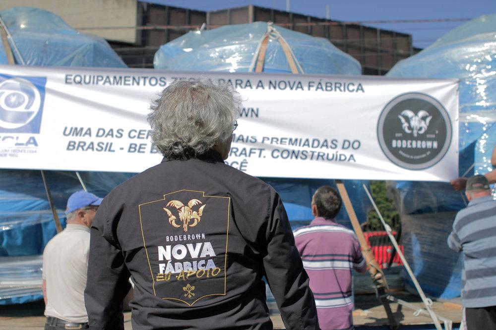 O fundador, Samuel Cavalcanti, diante da chegada de equipamentos para a nova fábrica (Foto: Divulgação)