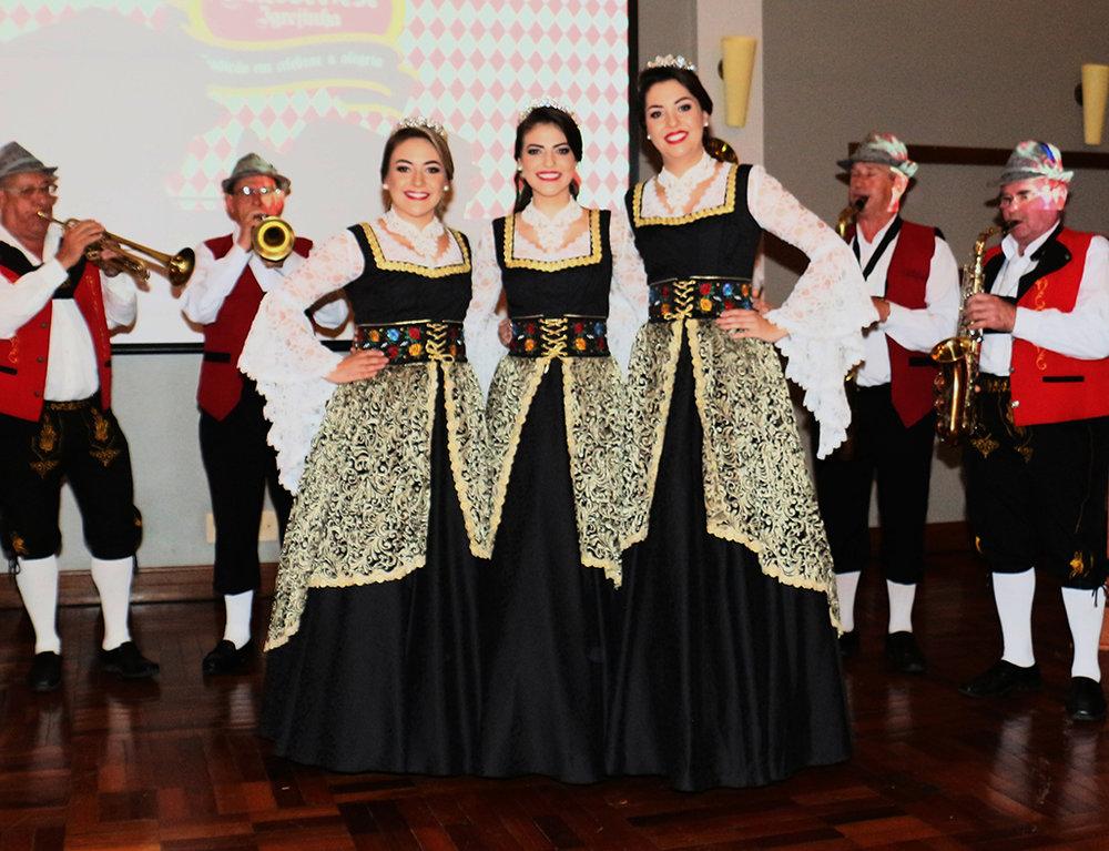 As soberanas 30ª Oktoberfest de Igrejinha com o traje oficial (Foto: Juliano Arnold/Divulgação)