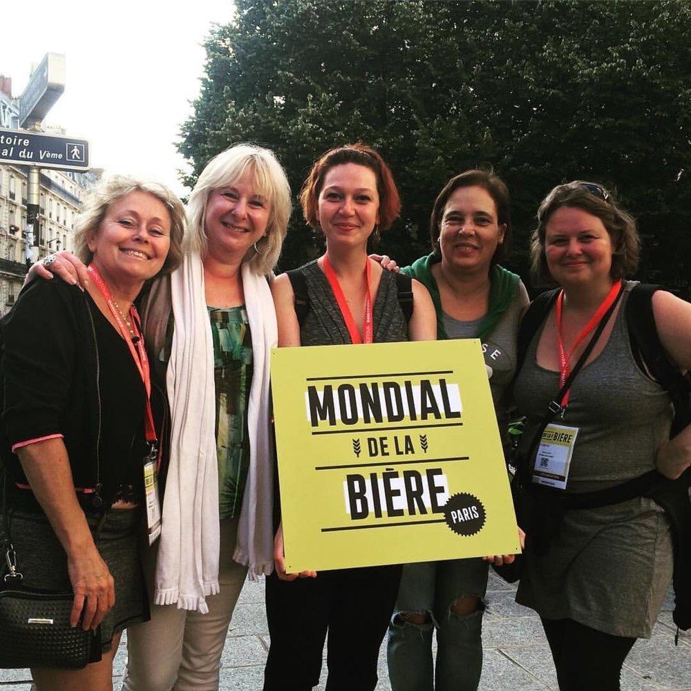 No Mondial de La Bière na França, Jeannine Marois (presidente do Mondial), Carole Plante, MJ Laplante, Ana Cláudia Pampillòn e Marilou Caty (Foto: Divulgação)