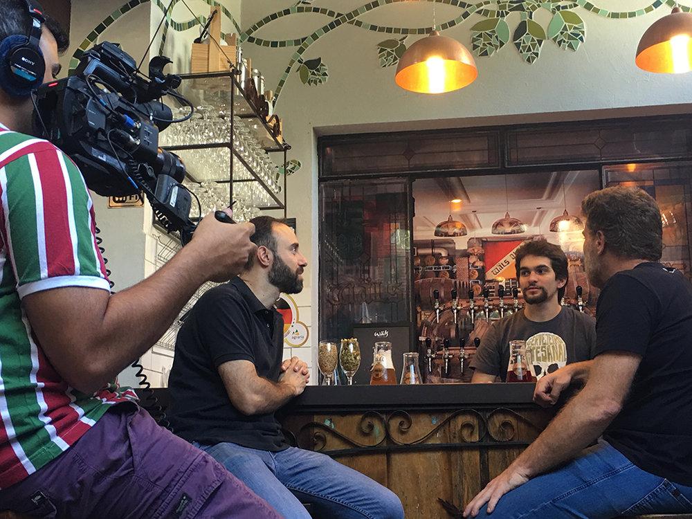 Gravação para o minidocumentário reconstitui o encontro de Limonada com Guilherme Fonseca e Henrique Mafra, o trio da cerveja Lift (Foto: Divulgação)