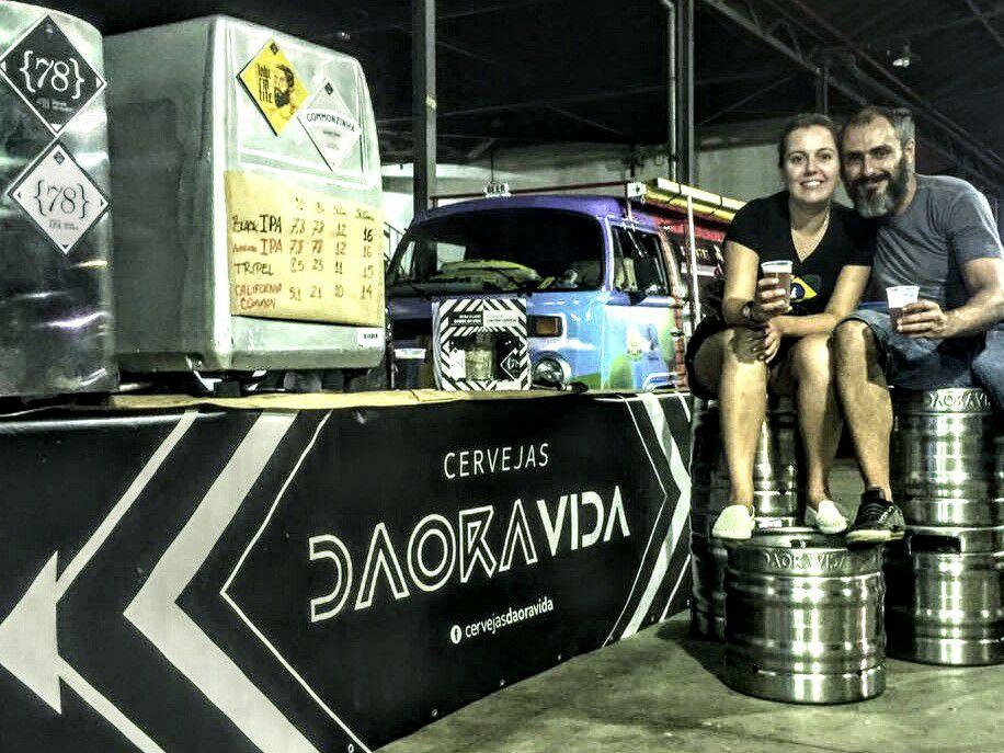 Michele Gimenez e Wagner Falci, casal que concebeu a cervejaria Daoravida (Foto: Divulgação)