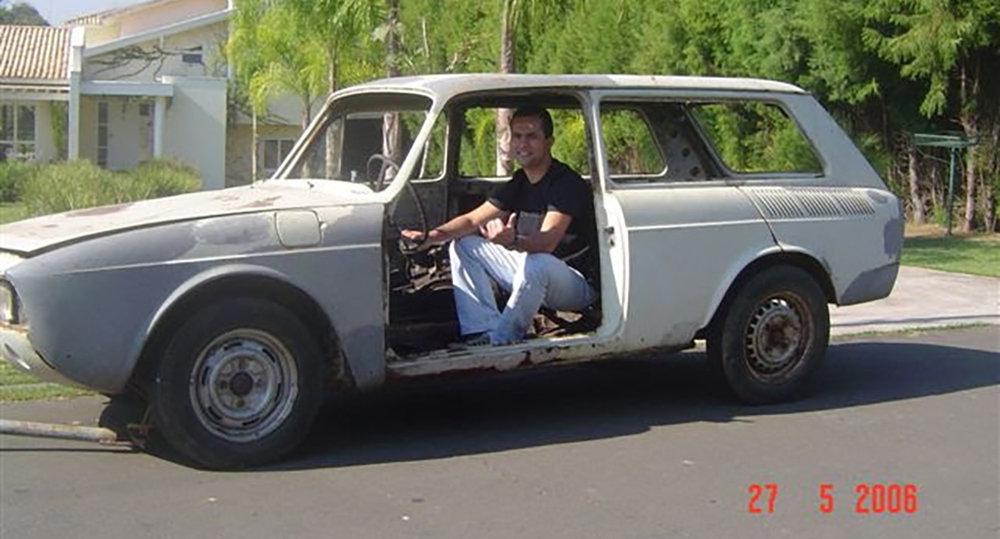 Paulo com a Variant que serviu de base para a montagem da réplica do Porsche (Foto: Arquivo Pessoal)