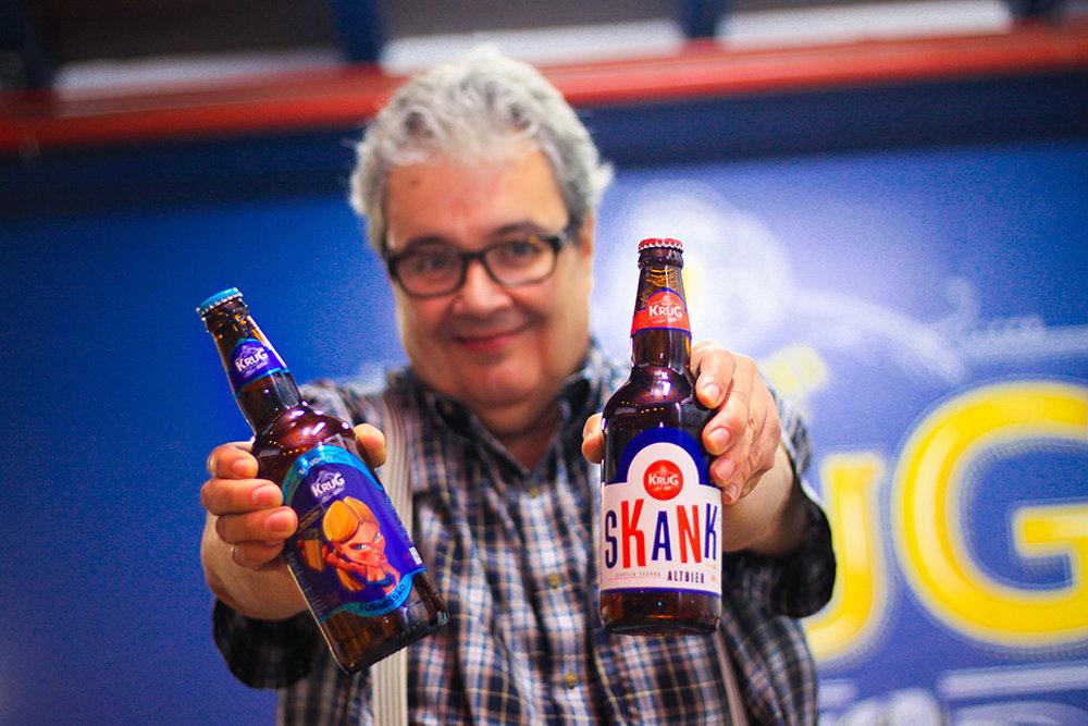 O mestre-cervejeiro Alfredo Figueiredo com suas criações premiadas (Foto: Melt Comunicação/Divulgação)