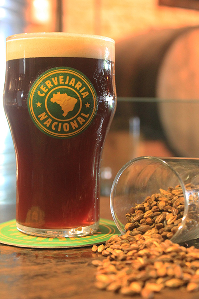 Cerveja tem 7,2% de teor alcoólico, visual marrom profundo e espuma perolada e cremosa (Foto: Divulgação)