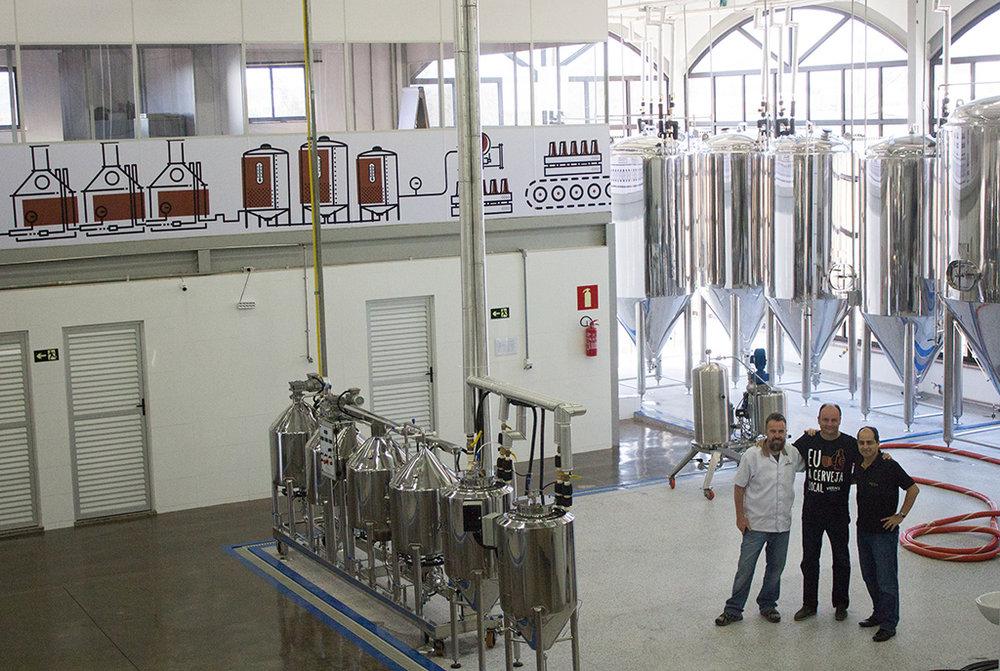 Os sócios nas instalações da Verace, que em menos de um ano formou linha com 13 opções de cerveja (Foto: Divulgação)