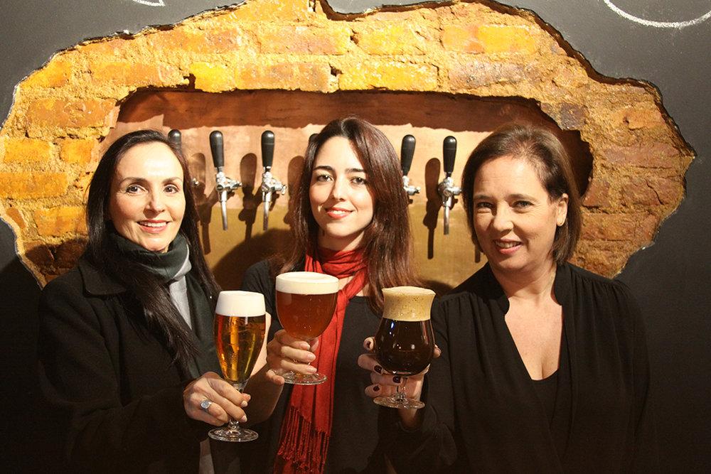 Obra tem como autoras a pesquisadora Jane von Sydow, a cervejeira Helena d'Ottenfels, da Buda Beer, e a coordenadora da Rota Cervejeira RJ, Ana Claudia Pampillón (Foto: Divulgação)