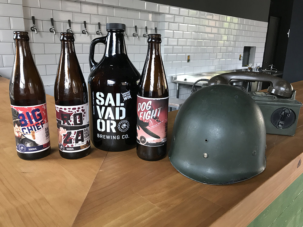 A temática militar faz parte da identidade da cervejaria (Foto: Divulgação)