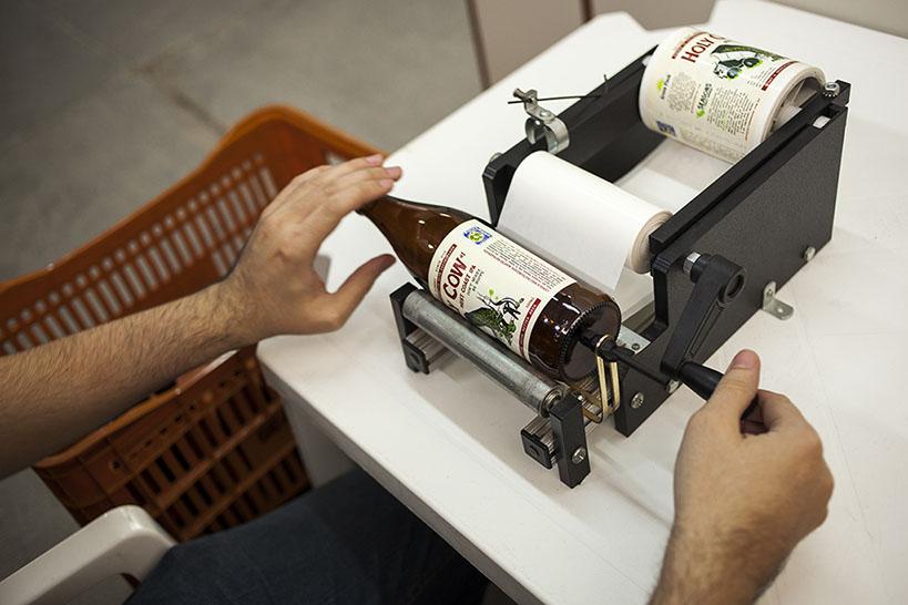 Rotuladora na cervejaria Seasons, em reportagem de 2013 (Foto: Ricardo Jaeger/Beer Art)