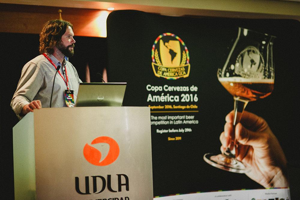 Conferência de Cervejeiros é oportunidade de atualizaçã durante o concurso cervejeiro no Chile (na foto,Joe Mohrfeld, diretor do Pinthouse Pizza Brewpub, em 2016/Divulgação)