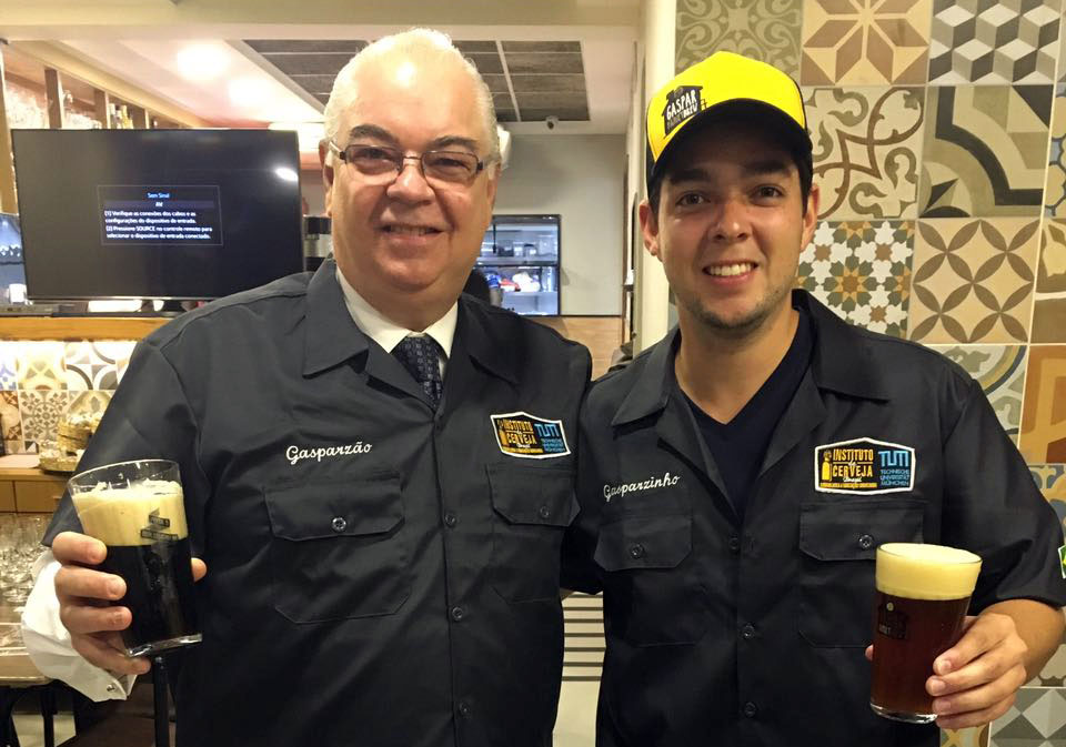 Na foto, Marcelo Gaspar (à esquerda) com a edição da Schwarzbier de 2016 (Foto: Divulgação)